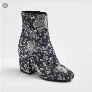 Kelsi Ballerini platform boots